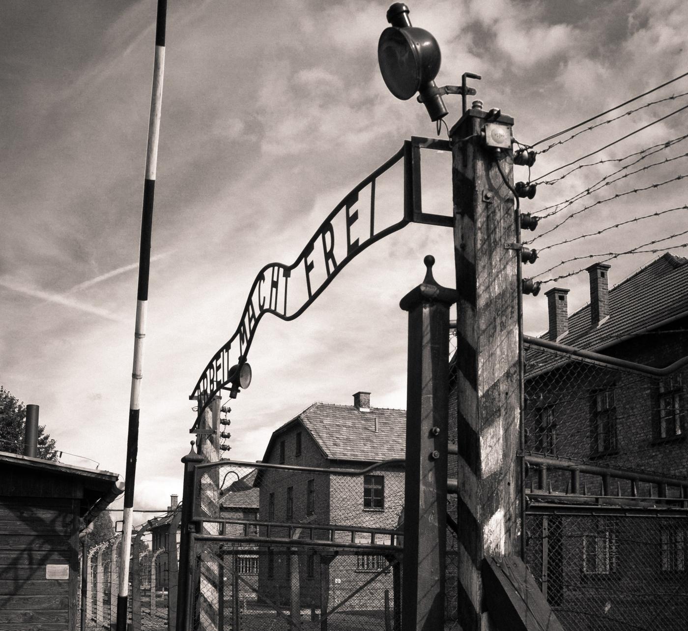 Imagen de la puerta principal del campo de concentración de Auschwitz.
